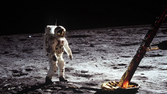 Imagem homem da NASA na Lua e o pó do solo lunar