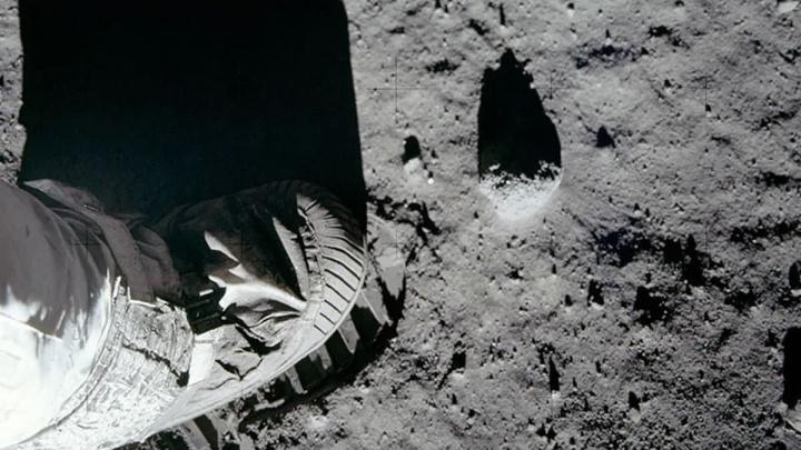 Imagem pó da Lua com peugada de astronauta da NASA