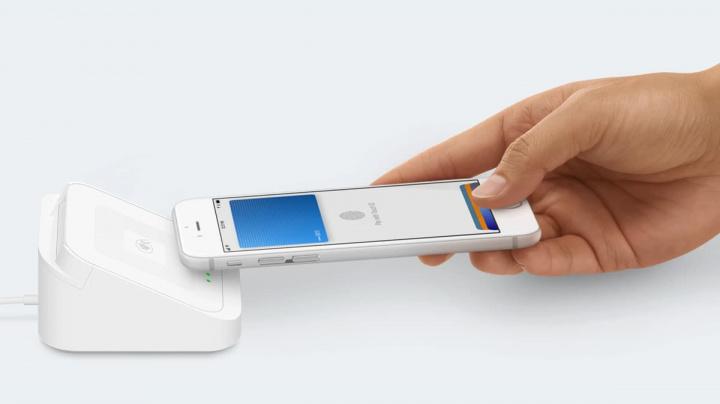 Imagem de terminal de pagamento com iPhone e Apple Pay