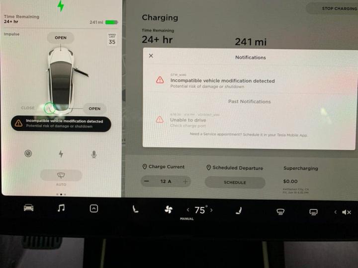 Imagem de aviso que a Tesla está a lançar aos proprietários do Model 3 por fazerem um hack ao software