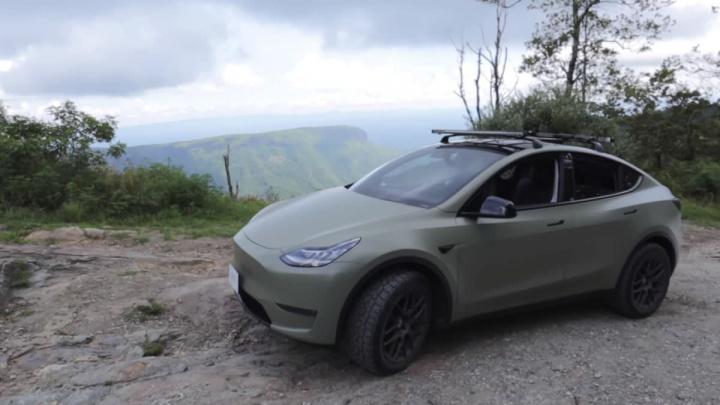 Imagem de um Tesla Model Y todo-o-terreno