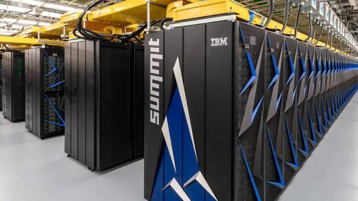 Imagem supercompuytador Summit da IBM que traz novidades na luta contra a COVID-19