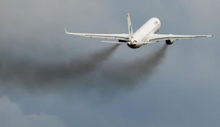 Ilustração da poluição do meio ambiente pela aviação atual