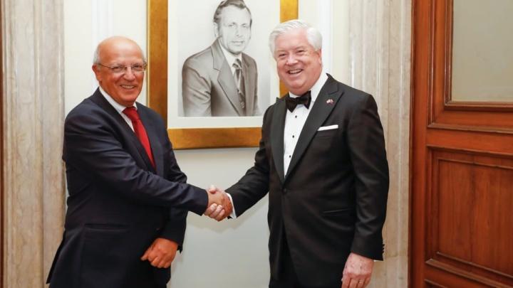 Imagem embaixador dos EUA George Glass e o Santos Silva