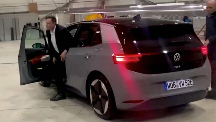 "Elon Musk faz ""test drive"" ao Volkswagen ID.3 (vejam o vídeo)"