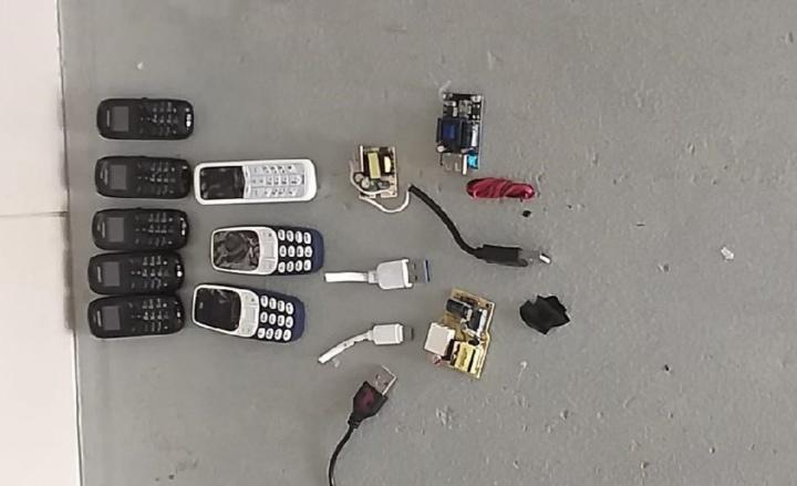 Preso é apanhado com 8 telemóveis, carregadores, cabos e chips no ânus