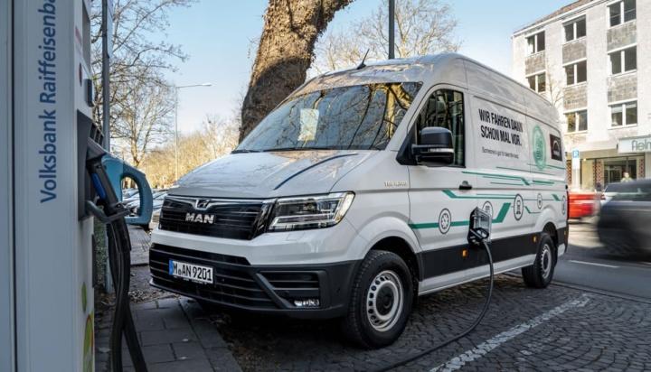Imagem de carrinha Man a carregar nos PCRs na Alemanha