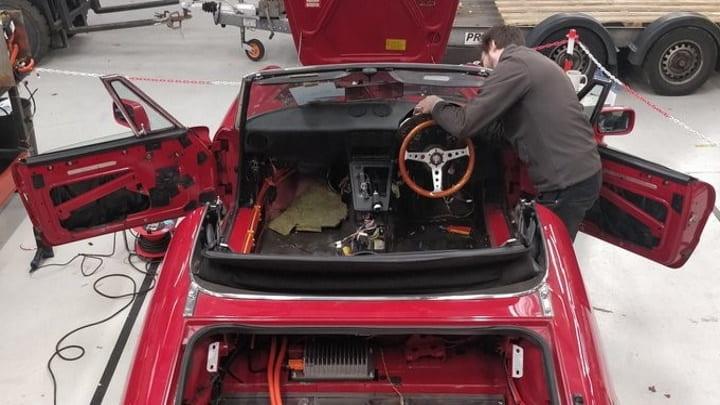 Alteração do motor de combustão para uma bateria Tesla