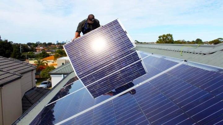 Painéis solares em telhados domésticos