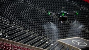 Imagem de drone a desinfetar o estádio para combater a propagação da COVID-19