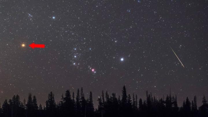 A estrela da constelação de Órion tem um ponto vermelho brilhante