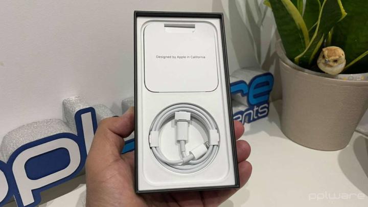 Imagen de la funda del iPhone 12 de Apple en el cargador que será penalizado en Brasil