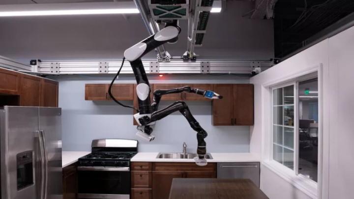Robô suspenso no teto a auxiliar nas tarefas domésticas.