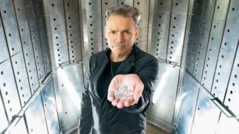 Dale Vince com diamantes desenvolvidos através do céu