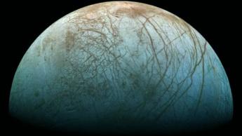 Ilustração da lua de Júpiter, Europa, com o gelo a brilhar