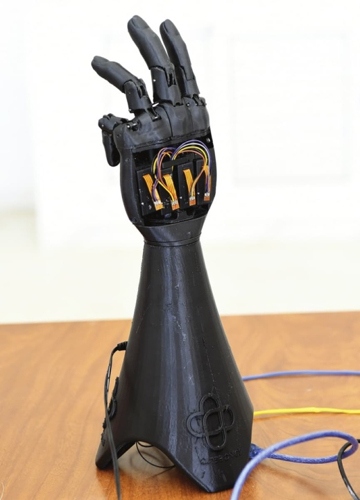 Mão biónica impressa em 3D e alimentada pela energia solar