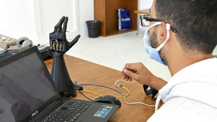 Mão biónica impresa em 3D e alimentada pela energia solar