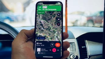 Imagem Google Maps com controlos Apple Music no iPhone