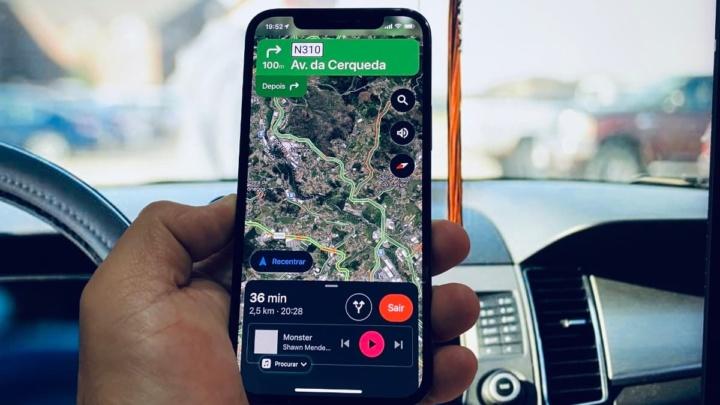 Imagem Google Maps com controlos Apple Music no iPhone