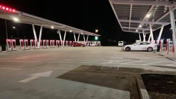 Recorde: Tesla já abriu a maior estação de carregamentos do mundo