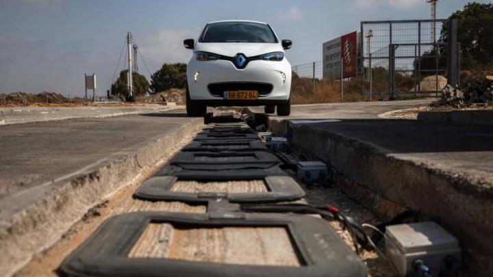 Estrada elétrica para carregamento de veículos elétricos, em Tel Aviv.