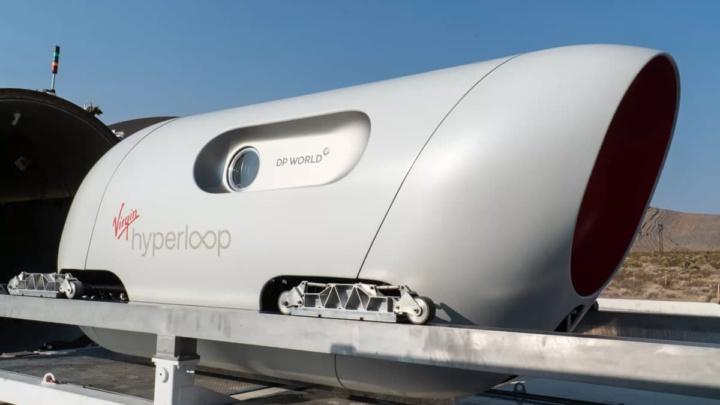 Imagem do Virgin Hyperloop com passageiros