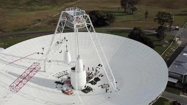 Imagem da antena Deep Space Station 43 usada pela NASA para falar coma sonda Voyager 2