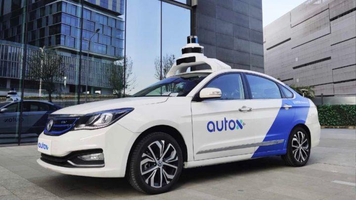 Imagem de um táxi autónomo nas ruas da China