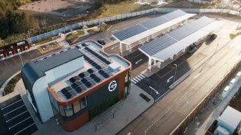 Estação de serviço exclusiva para carregamento de carros elétricos e alimentada a energia solar.