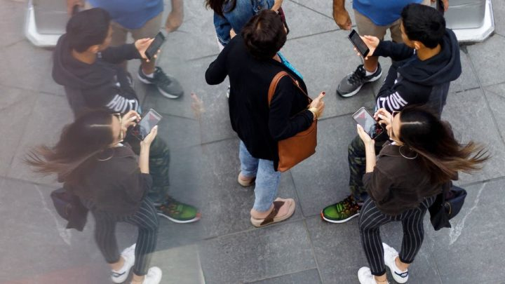 Imagem smartphones com apps Apple e Google que registam localização