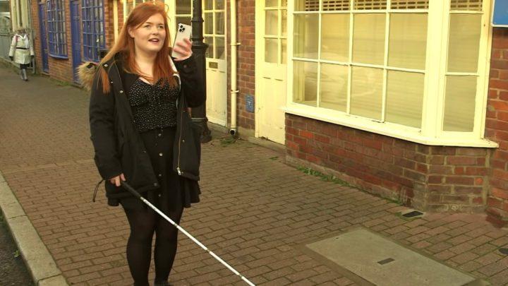Imagem de uma pessoa cega a usar o scannser LiDAR num iPhone 12 Pro Max da Apple