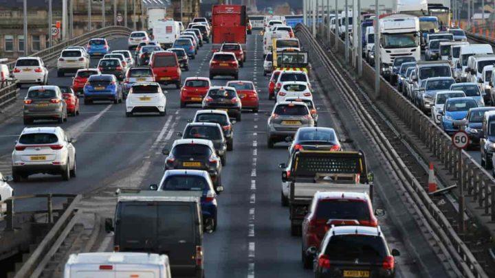 Fluxo de automóveis na Escócia.