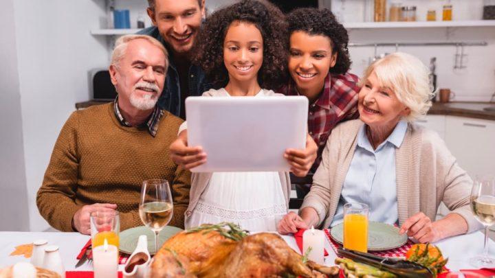 Imagem família reunida com o ZOOM neste Natal