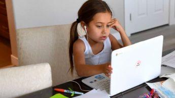 Imagem aluno no computadr portatil nas aulas online na Inglaterra