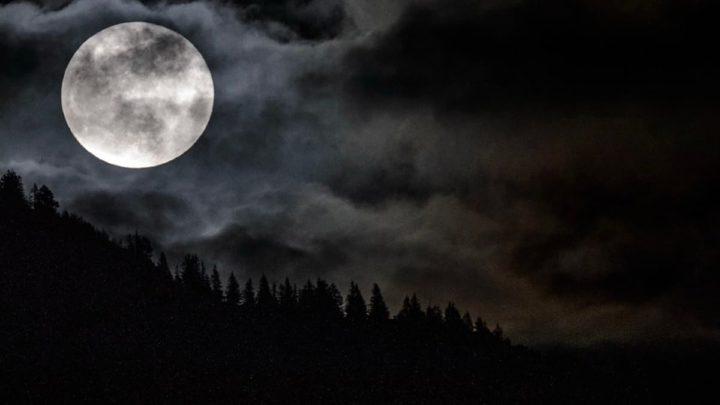 Imagem Lua cheia que influência os humanos na Terra