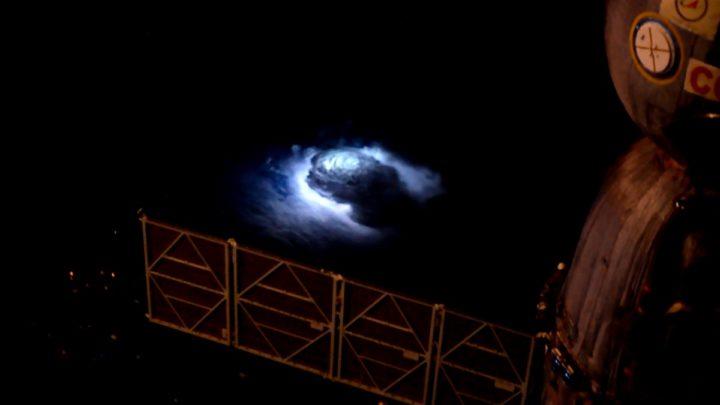 Imagem jatos azuis vistos da ISS