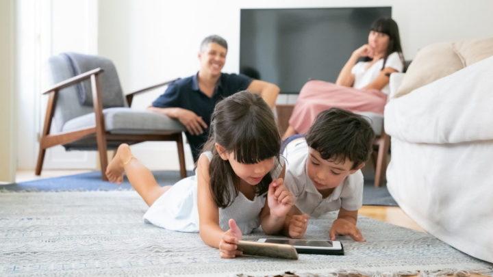 Não deixe os seus filhos navegar livremente, monitorize-os com o FamiSafe - People photo created by pch.vector - www.freepik.com