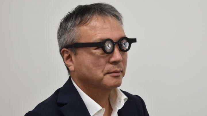 Óculos inteligentes para correção de miopia.