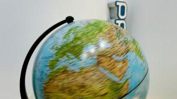Ilustração da Terra a girar mais rápido