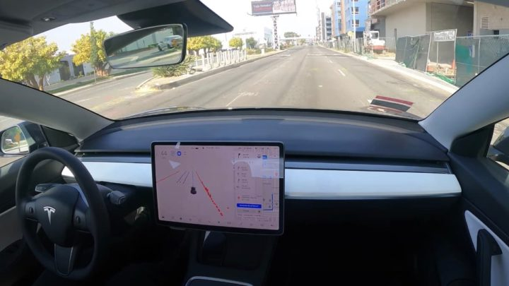 Imagem Tesla em condução autónoma