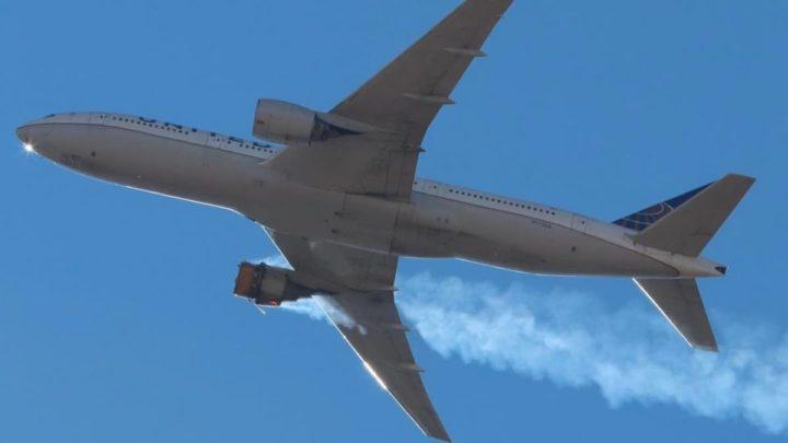 Imagem do Boeing 777 com o motor a arder em pleno voo