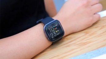Imagem smartwatch FitBit que deteta COVID-19