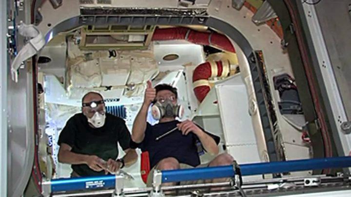 Imagem dos astronautas da NASA com proteção contra a COVID-19
