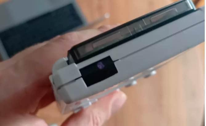 Alguém hackeou um Game Boy para controlar uma Apple TV