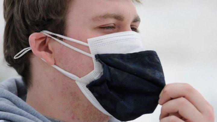 COVID-19: EUA recomendam utilização de duas máscaras em simultâneo