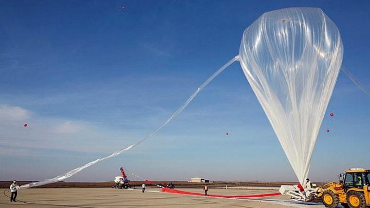 Balão de hélio que levará a Bloon ao espaço