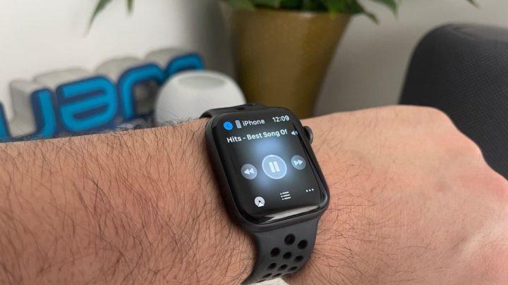 Imagem Apple Watch com controlo de reprodução da música do YouTube