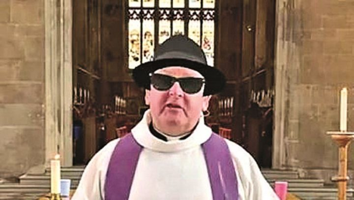 A culpa é do Zoom! Reverendo celebra missa de chapéu e óculos escuros