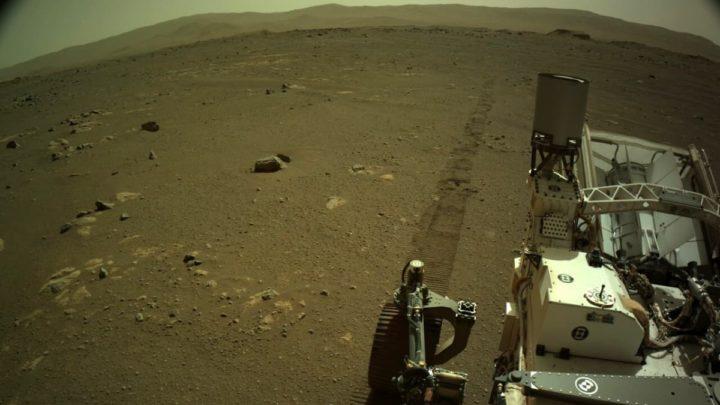 Imagem do rover Perseverance no solo de Marte