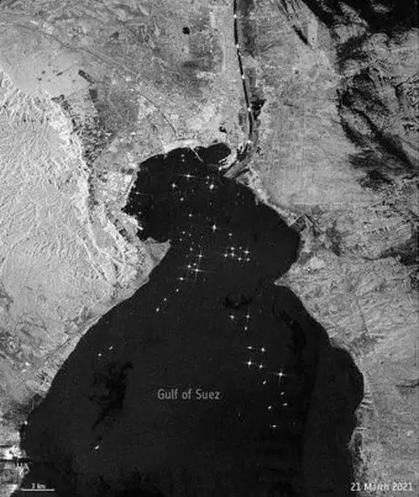 Imagem do Canal do Suez visto do espaço por imagem de satélite